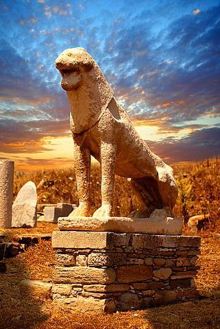 La Avenida de los leones en las ruinas de la ciudad griega de Delos, lugar de nacimiento de los dioses gemelos Apolo y Artemisa, Islas Cícladas, Grecia, Europa