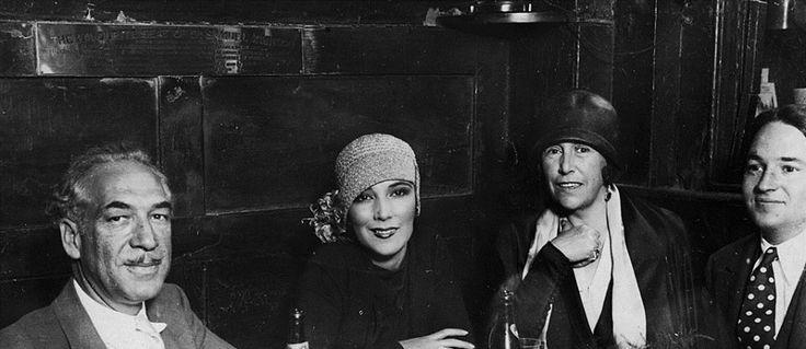 La estrella de Hollywood, Dolores Del Río con amigos en el pub queso Olde Cheshire en Fleet Street, Londres . Por encima del grupo esta la placa de bronce para marcar ' El asiento del favorito de Dr. Samuel Johnson ' .