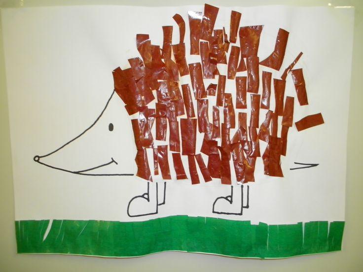 Korte dwarsknippen geven: kleuters knippen in stroken bruin papier voor de stekels van de egels. Voor het gras mogen de kleuters niet tot helemaal beneden knippen. *liestr*