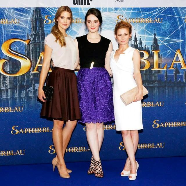 Laura Berlin (left) wearing Elise Ballegeer at the Saphirblau premiere in Munich