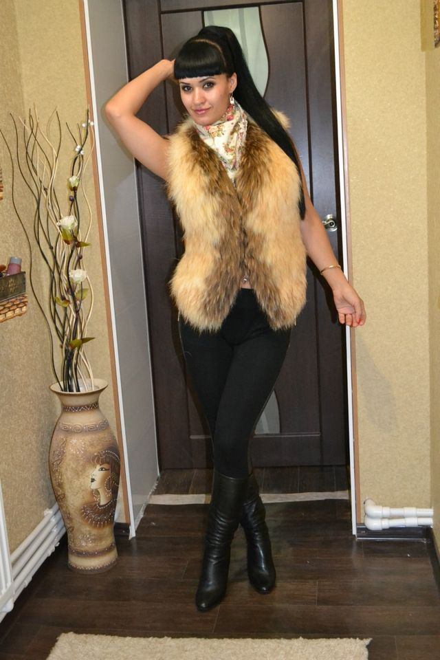 The cool vest, fur thick front, rear slips. Like it very much. Delivery EMS for 14 days from the date of order.