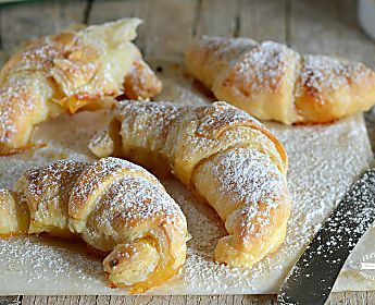 Cornetti alla mela con marmellata di albicocche, ricetta veloce!