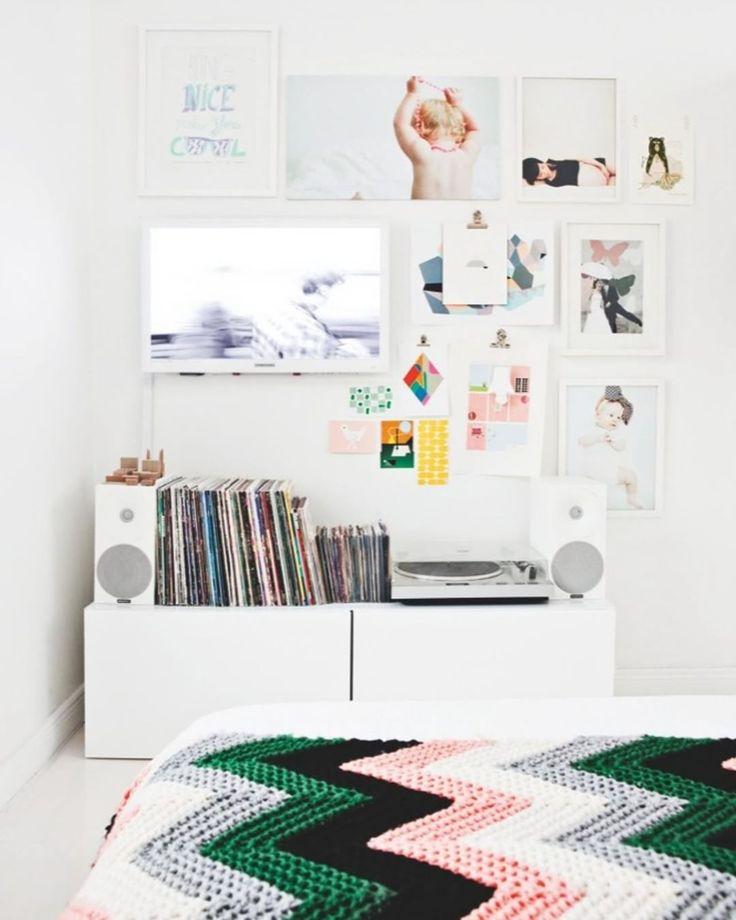 """Bolig Magasinet på Instagram: """"Det lille fjernsyn i soveværelset er hjemmets eneste og er behændigt forsøgt camoufleret side om side med familiefotos, kunst og diverse…"""""""