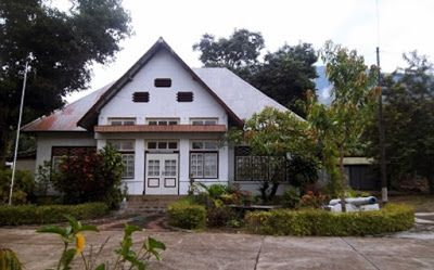 Larantuka King's Palace is an old house built in 1937. The home stay 'Don Andre III Marthinus DVG', a descendant of king Larantuka, East Flores.