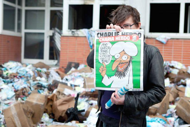 """#CharlieHebdo : des combattants de la #laïcité #cible privilégiée des islamo-gauchistes http://www.marianne.net/Charlie-Hebdo-des-combattants-de-la-laicite-cible-privilegiee-des-islamo-gauchistes_a243709.html #liberté #égalité #fraternité - Le dessinateur Luz devant les locaux incendiés de """"Charlie Hebdo"""" - REVELLI-BEAUMONT/SIPA"""