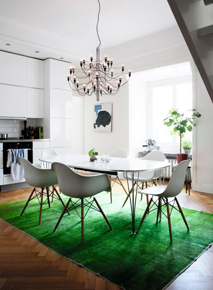 Snyggt med grönt! Eames-stolar-köksbord-superellipsbordet- grön-matta-nessim-fikonträd-espressomaskin