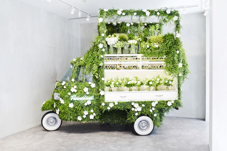 Makoto Azuma e FENDI trasformano un'Ape Piaggio in un pop-up store dei fiori