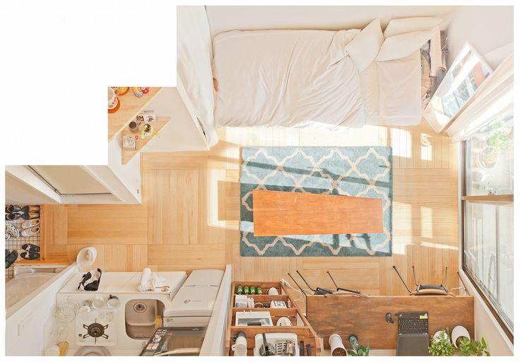 写真家・ライターの大山顕さんに、ちょっとおもしろい撮り方で、無垢床リノベーション「TOMOS」のお部屋と住んでいる人の「平面図」を撮ってもらうシリーズ。 第5回は、今年4月から不動産関係の会社で働き始めた、石井さんのお部屋を訪問。忙しい毎日でもすっきり暮らしている彼女にお話を伺いました。 (編集部) 「旅の途中で」 石井さん×世界のマグネット ちょっと緊張した 今回おじゃましたのは渋谷区にある石井さんの部屋。新宿駅まで2駅という都心にお住まいです。べんり! そして恒例の「平面図写真」でご覧いただければ分かるように、南向きで陽当たりがすごくいい。すてき!って、いつになくふつうにお部屋紹介的な内容ではじめていますが、なぜかというと今回本連載初めての女性のひとり暮らしで緊張してるから。 といってもご覧の通り、部屋を見る限り以前うかがったIさん(男性)の部屋と見比べて、ことさら女性っぽいというわけではないんですが。というかIさんの部屋はあまりにもかわいらしかった。 なんせデスクにあったパソコンがThinkPadっていうのが男らしい。かっこいい。…