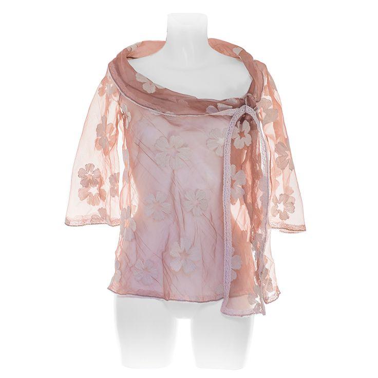 Camicia Paola Bellandi Atelier in organza con ricami floreali e collo ampio che finisce in una sciarpa che si può annodare a piacimento. Da Paola B.