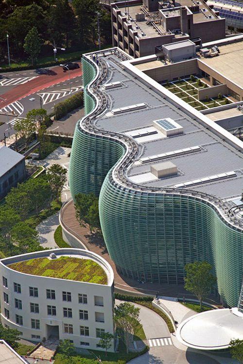Los arquitectos japoneses han sido responsables de algunos edificios verdaderamente increíbles, pero uno de los más asombrosos de todos es el Centro Nacional de Arte de Tokio, diseñado por Kisho Kurokawa.