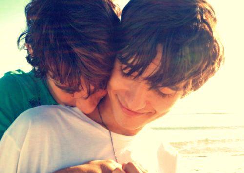 By refugiando.tumblr | Quando o amor acontece de verdade ele provoca sorrisos. #Casal #Gay #Fofo