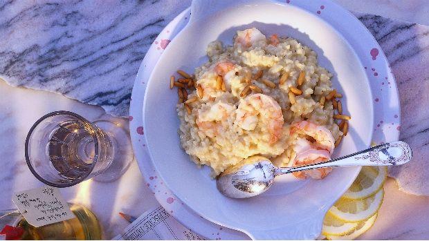 Italské krémové rizoto může mít spoustu podob. Základem je kvalitní kulatozrnná rýže, máslo a parmezán. Zkuste ho tentokrát s krevetami a piniovými semínky - tahle kombinace vám připomene léto.