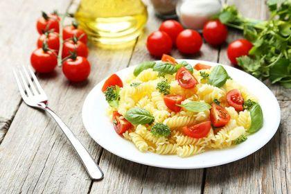 Σαλάτα με μακαρόνια και ντοματίνια