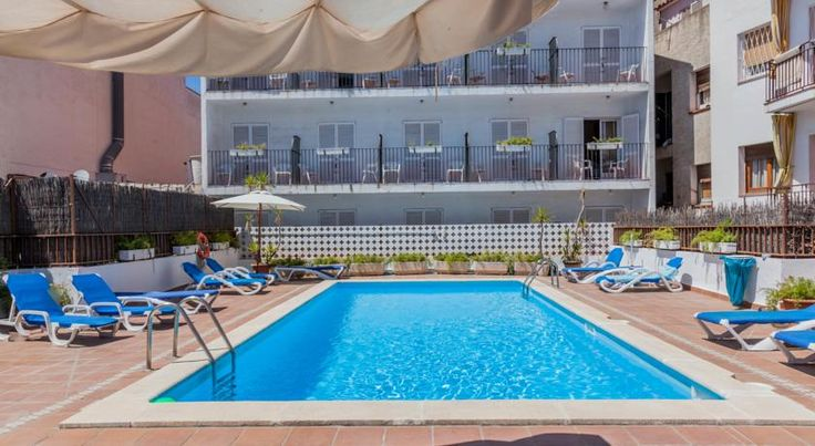 El Cid Sitges El Cid is a 1-star establishment situated on the centre of Sitges, just 250 metres from the beach offering en suite accommodation, breakfast buffet included and swimming pool with sun terrace.