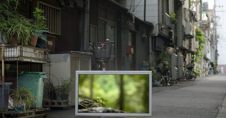 Sharp Aquos VS. Sony Bravia. Sharp AQUOS y el Sony Bravia son dos marcas de vanguardia de televisores de alta definición LCD. Ambos televisores tienen un diseño elegante, delgado y de alta tecnología, lo cual incluye imágenes de mayor calidad, sonido envolvente, y la tecnología verde. Sin embargo, las dos marcas tienen diferencias, así que es importante aprender más acerca de ...