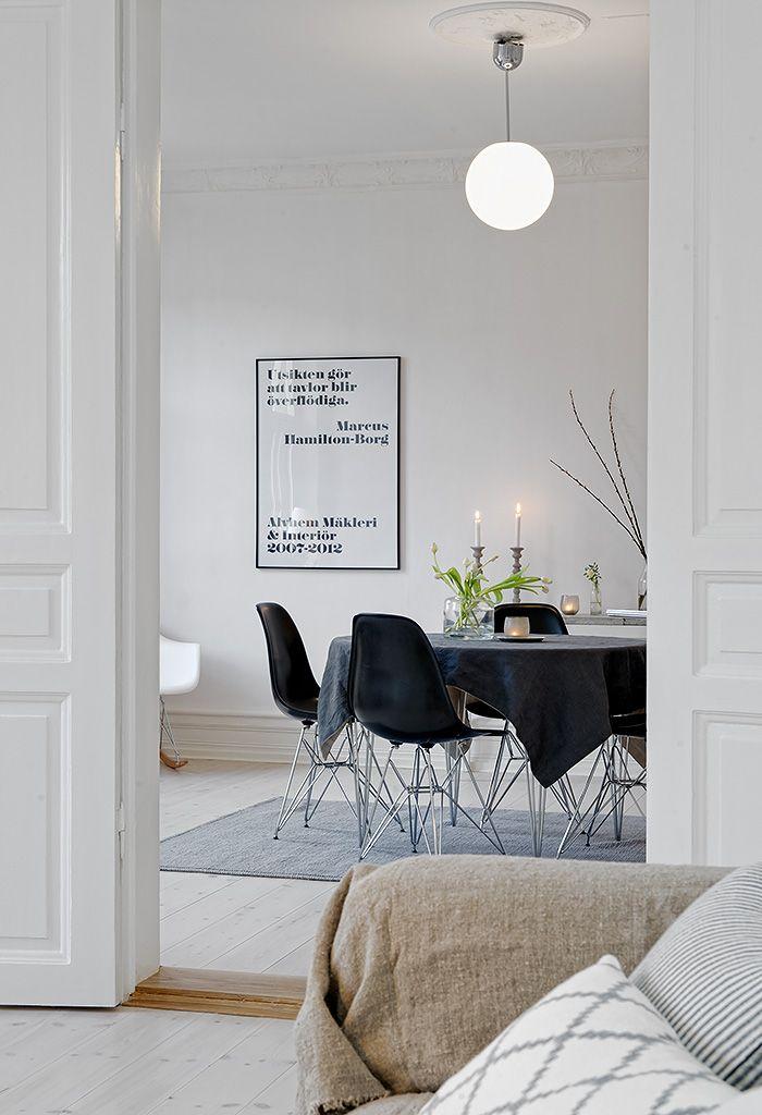 Rummen är vackert separerat via profilerade dörrar