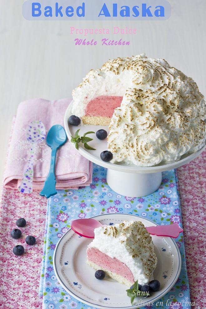 Un postre delicioso con helado en el interior y una capa de merengue