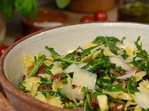Une salade de pâtes sans mayonnaise et délicieuse, prête en un tour de main, que l'on peut déguster chaude ou froide selon les envies.