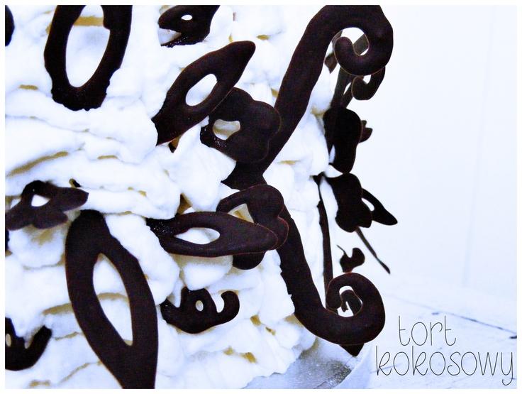 """http://zielonapomarancza-online.blogspot.com/2013/04/tort-kokosowy-z-czekoladowymi.html  Tort, składający się z biszkoptu nasączonego cytrynowym ponczem   przełożony kremem kokosowym i dżemem pomarańczowym...   Jako, że na te święta wiosna nie dotarła, chcąc rozweselić najmłodszych domowników, postanowiłam pod białym kremem ukryć tzw. """"Rainbow Cake"""" (kolorowe biszkopty), całość zrobiła wrażenie nie tylko na dzieciach. Jedna z cioć stwierdziła, że ukryłam w torcie wiosnę - to było bardzo…"""