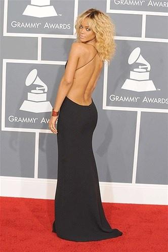 16 - SIN ESPALDA 2013 - Rihanna va un paso por delante: en la ceremonia de los Grammy del pasado año 2012, la cantante nos deslumbraba con este vestido con la espalda descubierta.