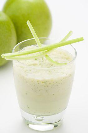Diät Shake Rezept: Bananen-Apfel-Smoothie. Nach der Oster-Schlemmerei der Ideale Nachmittags-Snack im Büro. Mit über 30 Mineralstoffen und Spurenelementen. Einfach lecker!