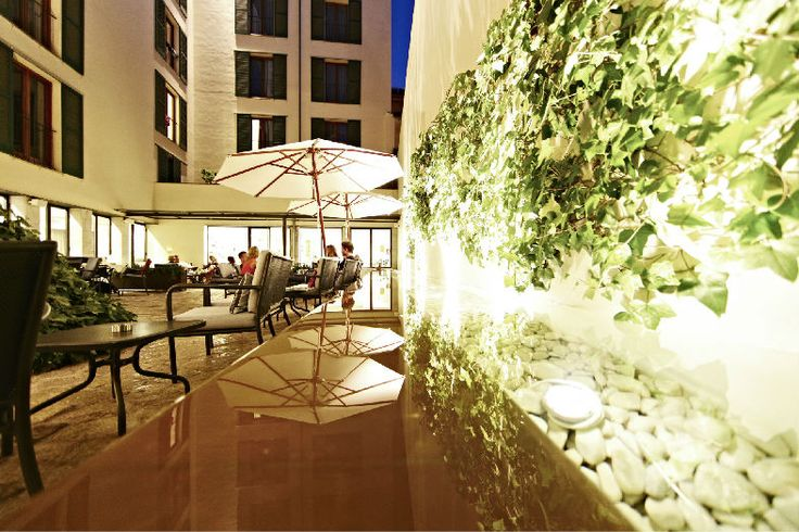 Hotel Tres | Boutiquehotel | Spain | http://lifestylehotels.net/en/hotel-tres | outside, inner courtyard, fountain, night