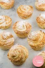 AMANDEL CRUFFINS  Amandel cruffins, oftewel een combinatie van croissants en muffins. Krokant door het amandelschaafsel en de vele laagjes en fris door de citroen.  Recept onder de knop >>BRON<<