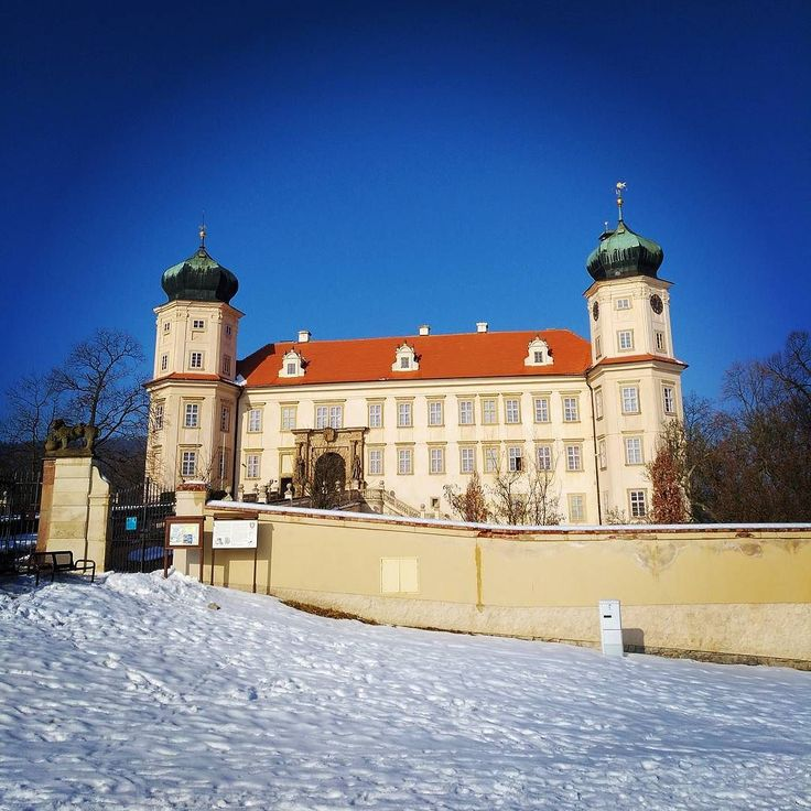 Po delší době zase na výletě:) Tentokrát jsme se jeli podívat na prohlídku v zámku v Mníšku pod Brdy. #zamek #ceskarepublika #vylet #trip #dnescestujem #cestovani #travel #traveling #travelling #sbatuzkem #travelblogger #chateau #winter #zima #sightseeing