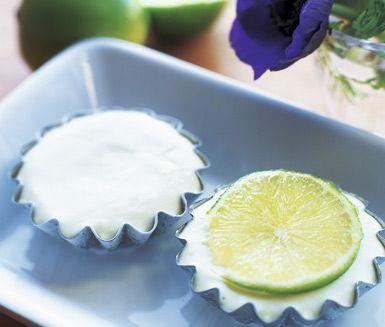 Ett tjusigt recept på fransk limeparfait som påminner om glass. Du gör desserten av ägg, florsocker, lime och grädde. Frys in och servera den krämiga parfaiten kall till efterrätt!