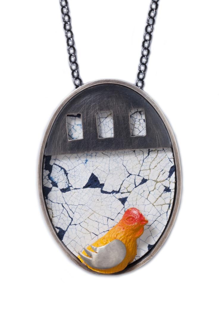 ¿Qué fue primero, el huevo o la gallina?  Dije en plata 925, cascarón de huevo con resina, gallina de plástico remachada