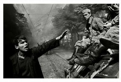Josef Koudelka, Prague, 1968, Warsaw Pact/Soviet troops invade