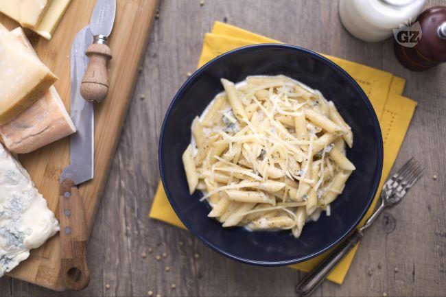 Le pennette ai 4 formaggi sono un primo piatto  molto saporito, ideale per gli amanti dei latticini, con gorgonzola, taleggio, parmigiano e groviera.