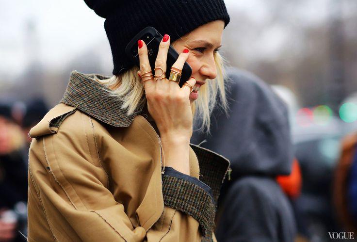 """Em se tratando de anéis, Mais é Mais. O bacana e moderno é fazer um mix de anéis, juntando várias peças em vários dedos ou, pelo menos, um anel em cada dedo, formando uma fileira. A beleza de """"empilhamento"""" de anéis está na ideia de que regras não se aplicam. Vale misturar"""