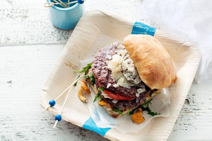 Kijk wat een lekker recept ik heb gevonden op Allerhande! Grillburger met truffelmayo, rucola en parmezaan