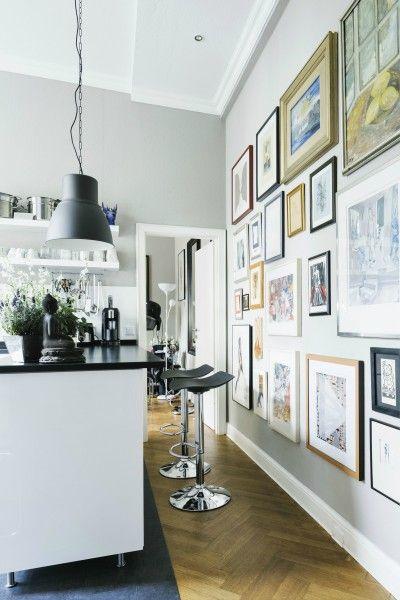 Die höhenverstellbaren Kite Barhocker in Schwarz an der Küchenbar von Made Kundin Ingrid.   Made Unboxed