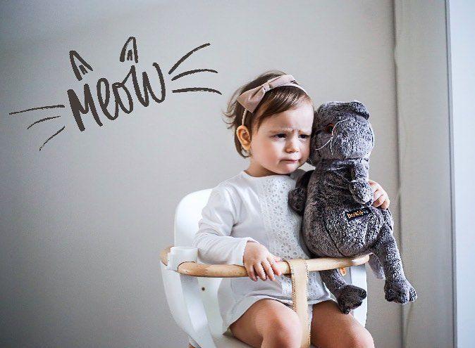 """Un """"meow"""" gatuno vale como bostezo… y más si es #lunes de julio. Hoy, con lo cansaditos que estamos , sólo nos salva un abrazo de mami, nuestro peluche favorito y sentirnos los reyes del mundo en la #tronaOVO de #micuna.  @katiesha #mondaymood #mamásmicuna #momswithcameras"""