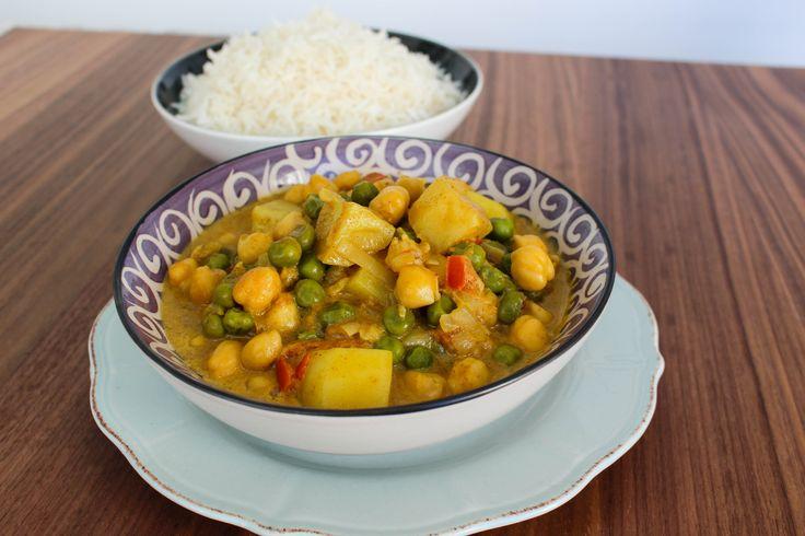 Vegansk mat när den är som godast! En fräsig currygryta med en touch av Indien, smakrik och god. Grytan är desto godare dagen efter så gör gärna en extra sats. Unna dig denna härliga currygryta med ris eller bröd. Perfekt att laga de dagar du vill äta något riktigt gott utan att stå i köket allt för länge. Gillar man inte ärtor kan man istället ha i färsk spenat, blir riktigt gott det med. 4 portioner currygryta 1 gul lök 3 st vitlöksklyftor 1 bit ingefära (ca 2 msk riven) 2 röda mogna…