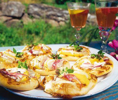 Lyxiga små pizzor med härlig smak kan du göra av detta recept. Minipizzorna täcker du med mangobitar och rödlök följt av mumsig chèvreost. De nygräddade pizzorna kan ätas direkt eller sparas och värmas upp senare.
