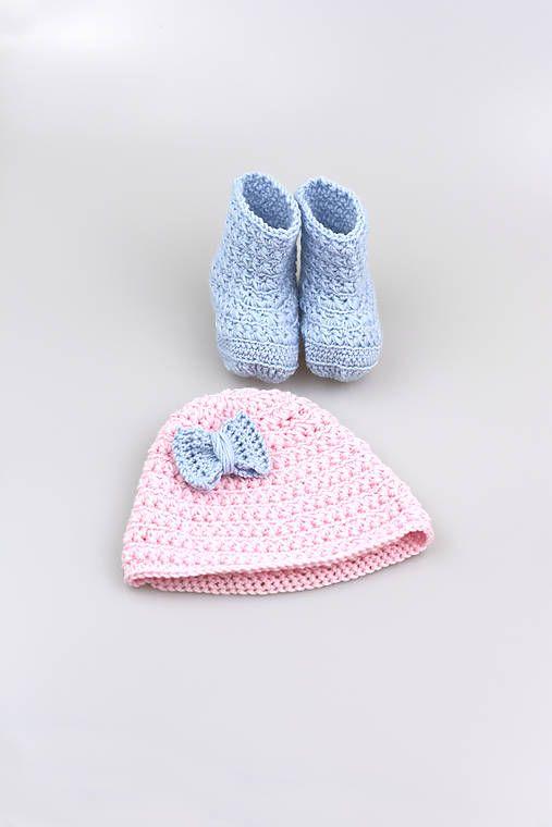 Čiapka a čižmičky pre bábätko sú ručne háčkované z prírodného materiálu - z kvalitnej nórskej extra jemnej bledomodrej a bledoružovej 100% merino vlny vhodnej pre ...