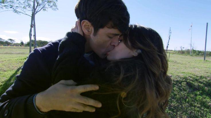Desbordan de pasión: el primer beso entre Esperanza y el padre Tomás http://www.eltrecetv.com.ar/esperanza-mia/desbordan-de-pasion-el-primer-beso-entre-esperanza-y-el-padre-tomas_079097… @laliespos
