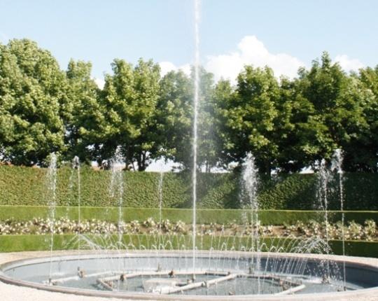 De fontein die we hebben getekend in de ontwerpen is rond, hoe hij er uiteindelijk uit komt te zien is nog niet helemaal duidelijk. het staat wel vast dat het een moderne uitstraling moet hebben die daardoor bij de banken en de lantaarnpalen kan passen.  Cécile