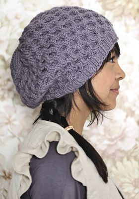 Moderne strikket hue i bikubemønster   Få strikkeopskrift på huen