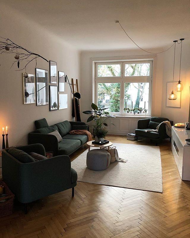 Wohnzimmer Mit Sesseln Und Sofa Gemutliches Licht Gallery Wall Pflanzen Teppich Und Decken Schaffen Einen Gemutlichen Zuhause Zuhause Diy Zimmer Einrichten