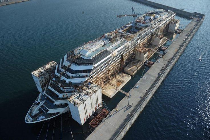 27. Juli 2014 - Im Hafen von Genua      Das Wrack hat den Hafen von Genua...