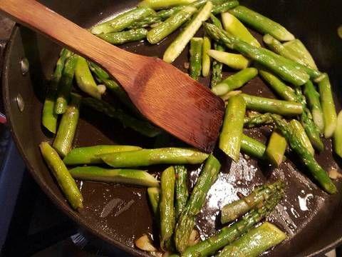 Fabulosa receta para Espárragos salteados con ajo y mantequilla.