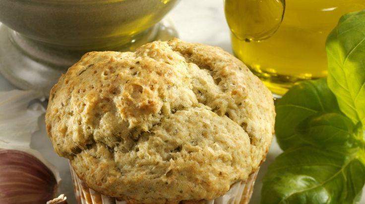 Italo-Leckerbissen: Parmesan-Muffin mit Pesto und Buttermilch | http://eatsmarter.de/rezepte/parmesanmuffin-mit-pesto