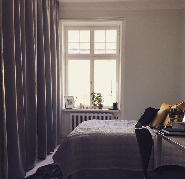 I det här sovrummet ersattes garderobsdörrar med gardiner. Skenan har monterats direkt i tak, gardinerna som sytts med Veckband är krokade med 2-fingerkrok (låg fattning) vilket gör att skenan täcks när gardinerna är fördragna. Tyg Dimout grå färg 8551.
