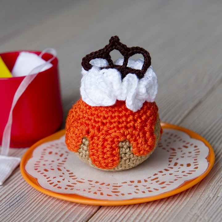 Oranjekoorts - Oranjesoes - Patroon soes - http://grietjekarwietje.blogspot.nl/2012/11/6de-petit-four-mini-moorkop.html - Patroon Kroontje - http://dehaakbrigade.blogspot.nl/2013/04/kroontje-haken_4.html -