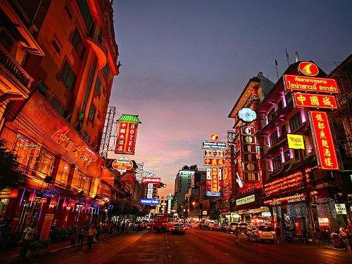 Yaowarat Road è la via più importante e trafficata di Chinatown. Gioiellerie, ristoranti (cinesi, ovvio) e grandi insegne luminose al neon. Vale una passeggiata. Nonostante i gas di scarico.