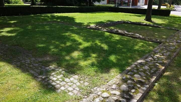 Eén van de verdwenen borgen in Groningen is de Hanckemaborg in Zuidhorn. Glorietijd voor de borg was de 18e eeuw. In de 19e eeuw volgde verval en de Hanckemaborg werd uiteindelijk gesloopt. Wel bewaard gebleven is het schathuis. De sporen in de grond maakten het mogelijk om de contouren van de borg te markeren met onder andere deze stenen.  Foto: Aline Hoekman-Koller